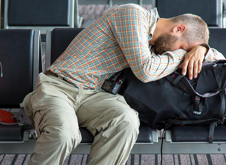 Mann wartet auf verspäteten Flug