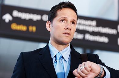 Geschäftsreisender wartet wegen Flugverspätung