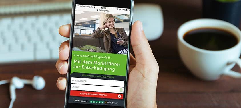 Smartphone mit geöffnetter Flightright Webseite
