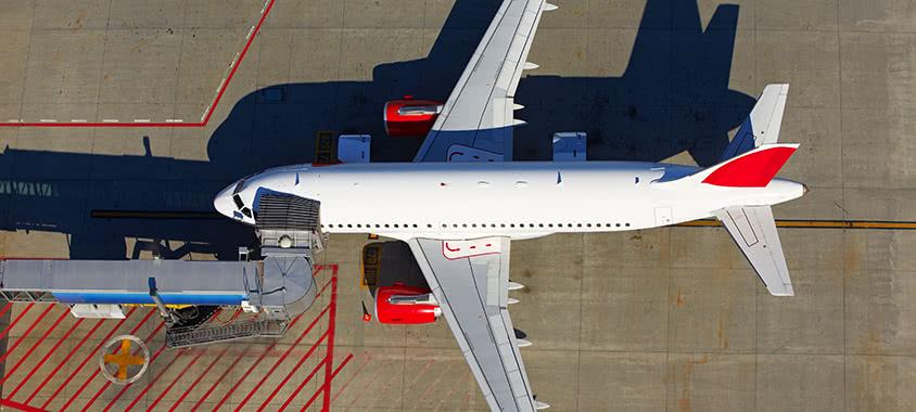 Flugzeug steht am Boden